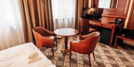 Lázeňské město Karlovy Vary jako na dlani z nového La Bohemia Hotel naproti Vřídelní kolonádě s ubytováním v designovým pokojích a snídaní/.