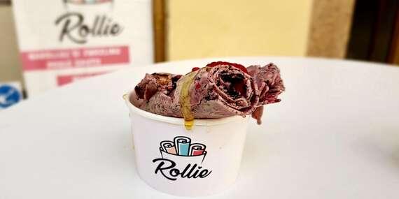 Letní osvěžení ve formě ručně rolované zmrzliny v kelímku či sušence i smoothie z čerstvého ovoce/Praha