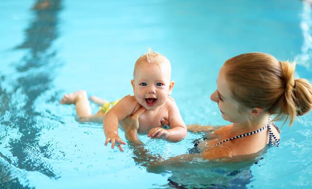 Mesačný kurz plávania pre začiatočníkov s bábätkom vo veku 7 - 11 a 16 - 24 mesiacov