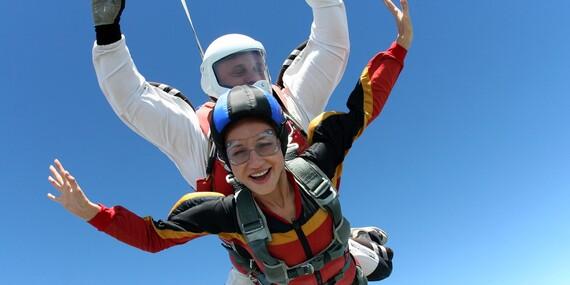 Tandemový zoskok padákom z výšky 3000 - 3500 m, len 40 km od Bratislavy / Letisko Dubová pri Modre
