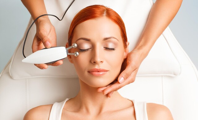 Revolučné ošetrenie Microcurrent 3v1 pre spevnenie pleti a svalstva tváre.