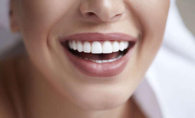 Prírodný prášok na bielenie zubov s aktívnym kokosovým uhlím.