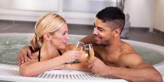 Privátní vířivka a infrasauna až na 155 minut: VIP romantika s možností vína, sektu, ovoce i masáže s platností do února 2020/Praha 8 - Kobylisy