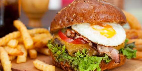Chutný burger s hranolkami a cibuľovými krúžkami s možnosťou dovozu alebo take away/Bratislava – Rača