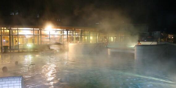 Zábava v termálním vodním světě Várkertfürdő s 18 vnějšími i vnitřními bazény a 7 tobogány/Maďarsko - Pápa