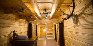Interiér Zbojníckej koliby s dôrazom na drevené prvky a zariadenie