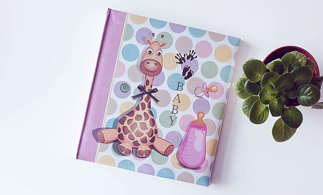 Detské fotoalbumy alebo originálny detský rámik s plochou pre odtlačok rúčky alebo nožičky.
