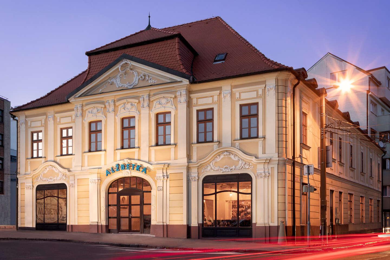 Tatarák s dvoma veľkými svetlými ležiakmi Komín v mestskom pivo...