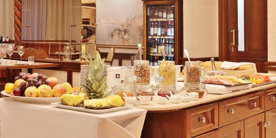 Pětihvězdičkové služby v paláci Retro Riverside Wellness Resort u Karlových Varů s výhledem na jezero, wellness zónou bez omezení a degustační večeří/Karlovy Vary