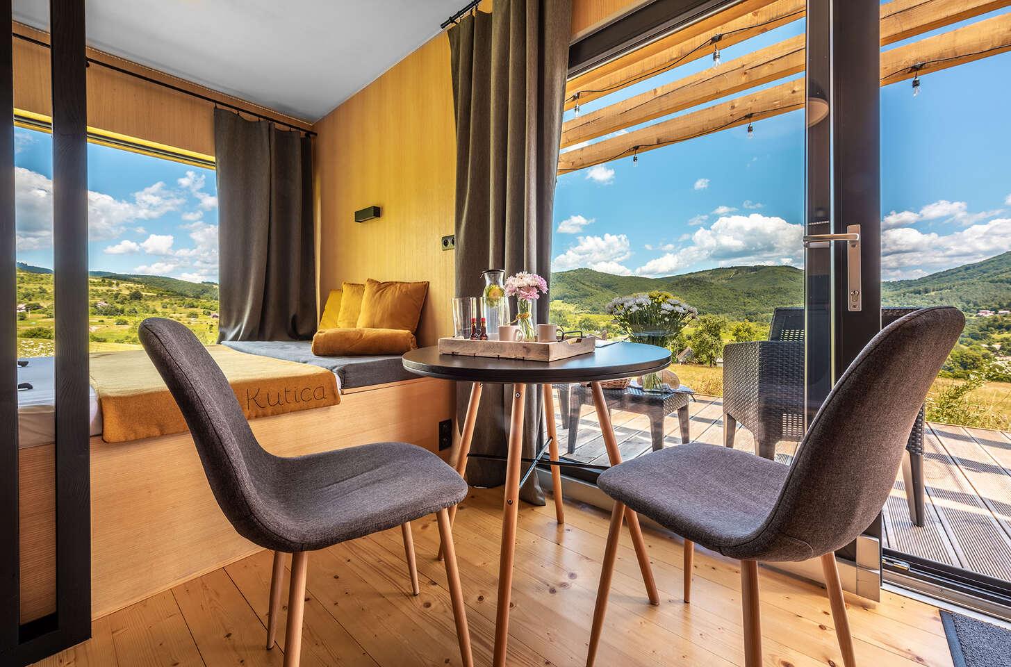 Zážitkové ubytovanie na samote v prírode pre dvojicu, ktorá hľadá oddych a únik z mesta s panoramatickým výhľadom priamo z postele