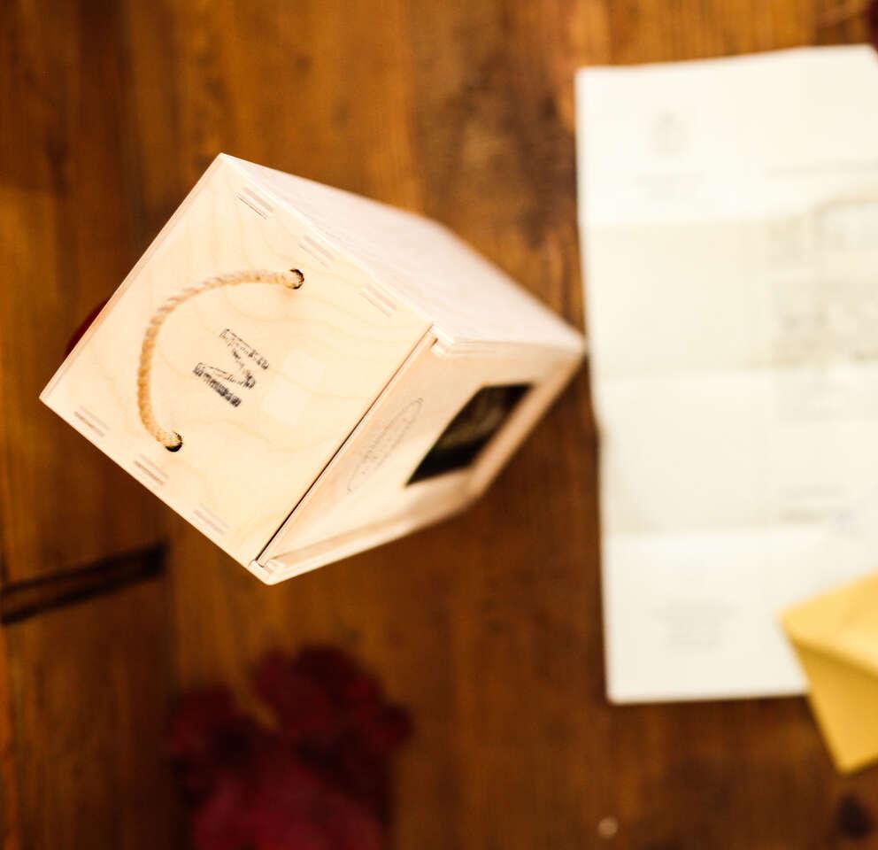 Daruj sadenie štepu a cuvéé víno v drevenej krabičke z vinárstv...