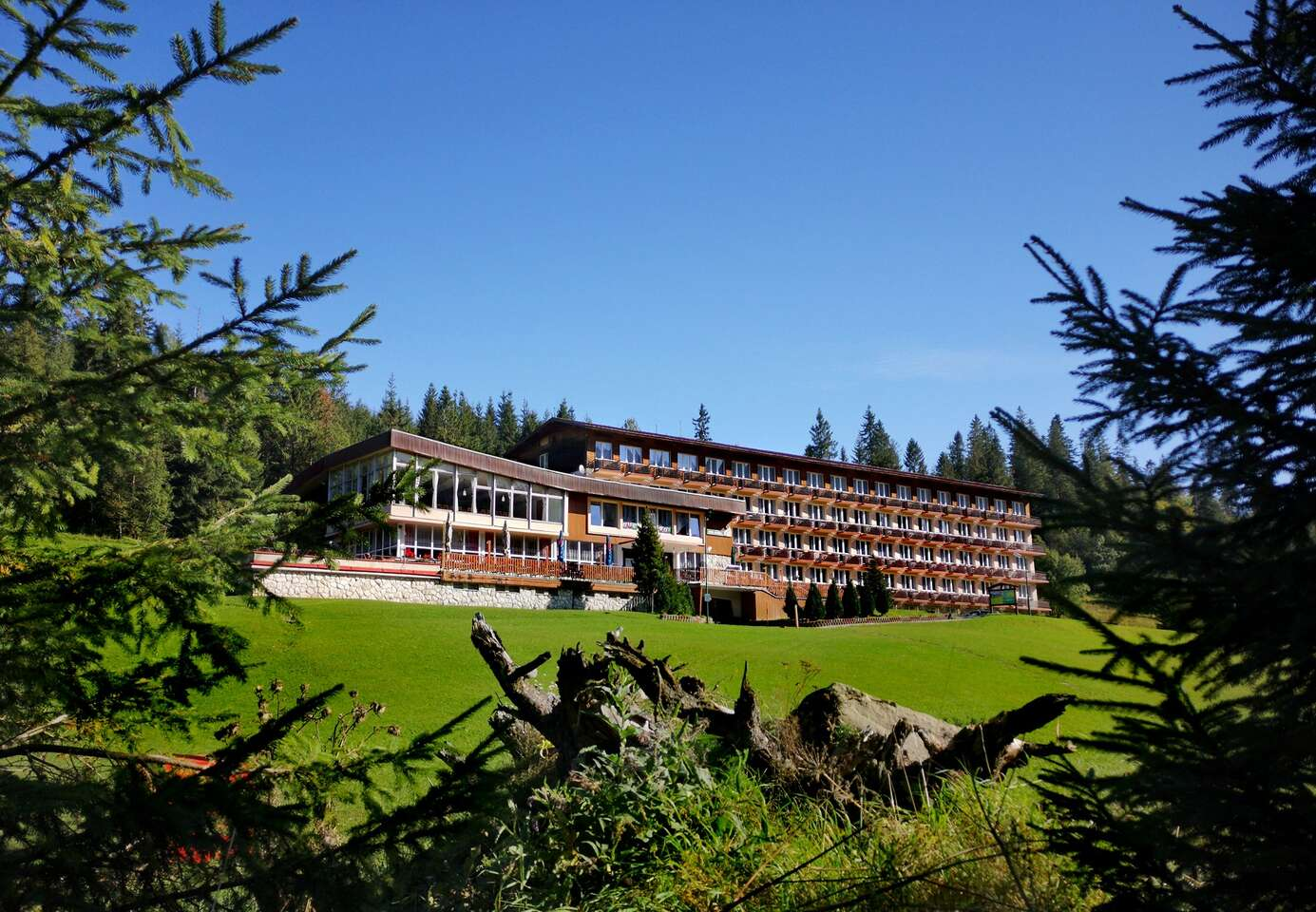 Obľúbený rodinný hotel Magura s raňajkami a iba 3 min. autom od Chodníka korunami stromov