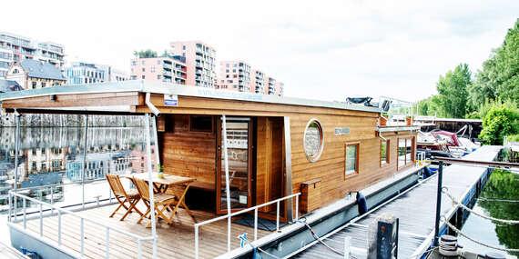 Netradiční ubytování až pro 6 osob v Houseboatu Bonanza s plně vybavenou kuchyní a třemi terasami v pražských Holešovicích/Praha - Holešovice