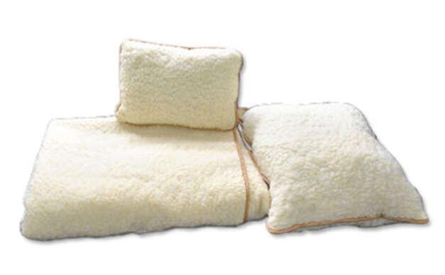 Kvalitná hrejivá prikrývka a vankúše zo 100 % ovčej vlny - zútulnia každú chatu či chalupu.