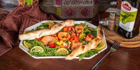 Zeleninový šalát s údeným lososom, olivovým olejom a bagetou/Bratislava - Petržalka - Draždiak
