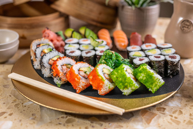 """Sushi set selection pre 2 osoby alebo 2-chodové menu pre 1 osobu v reštaurácii Hotela Mama's **** formou """"take away"""""""