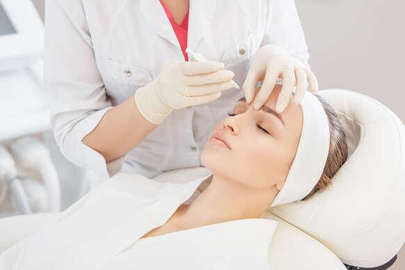 Stop vráskam - aplikácia účinnej látky špecialistkou na estetickú dermatológiu