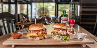 Hovädzí a kurací burger v Beer Arene na Šancovej