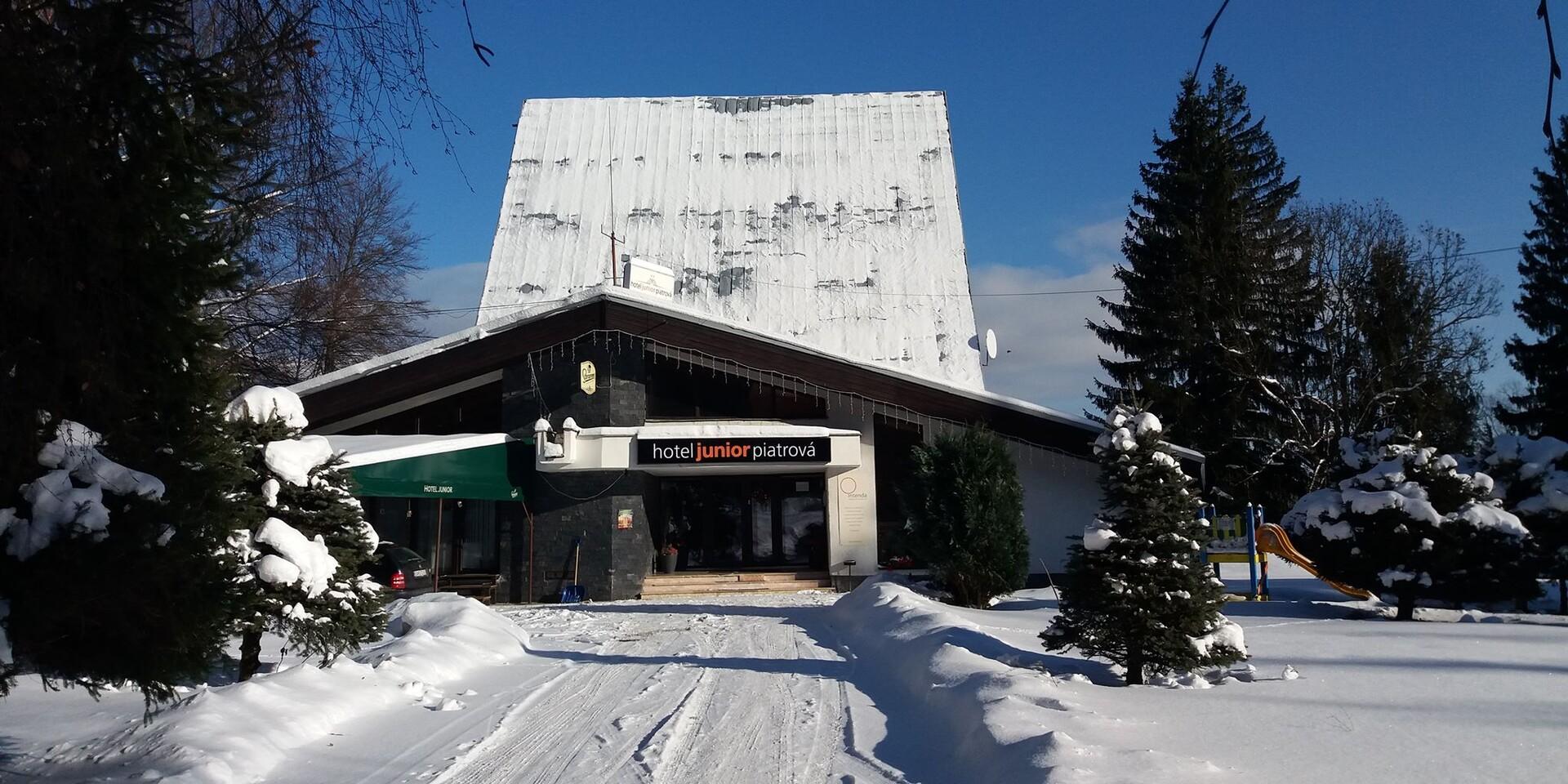 Zimná alebo veľkonočná dovolenka s polpenziou v hoteli Junior Piatrová** s ideálnou polohou na lyžovanie