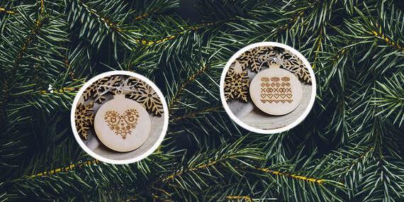 Drevené vianočné ozdoby s vygravírovaným vzorom v darčekovej krabičke s okienkom, balenie 7 ks/Slovensko