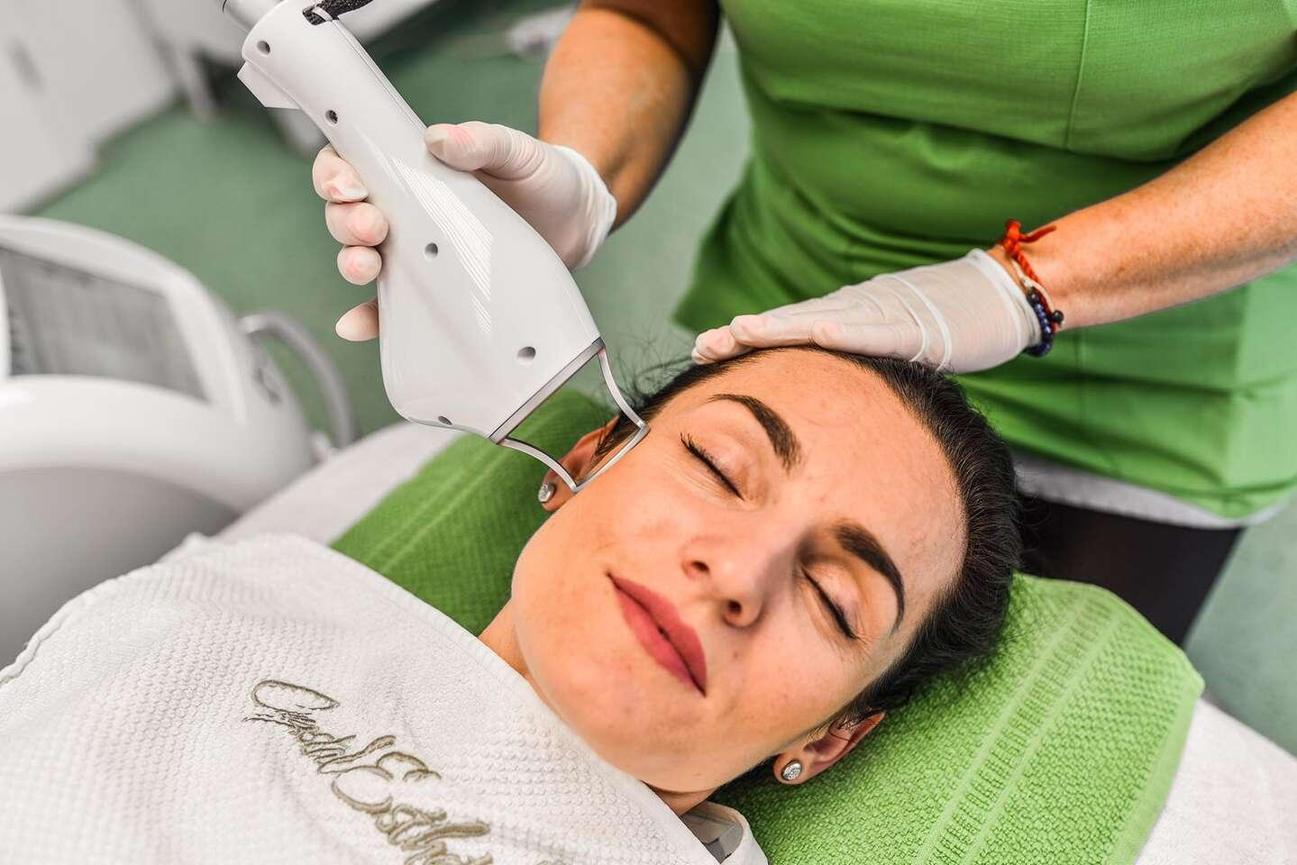 Frakčný resurfacing CO2 - účinné omladenie vašej pokožky v medicínskom centre Crystal Esthetic Clinic