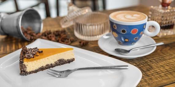 Cheesecake s kávičkou v útulnej reštaurácii Le Papillon v centre mesta/Bratislava - Staré Mesto
