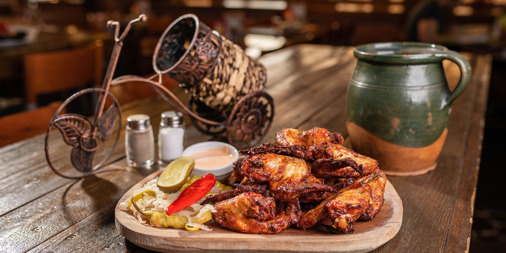 Marinované grilované krídelká s chilli-smotanovým dresingom a prílohou v bratislavskom Mamut pube