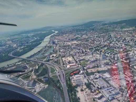 Pilotom na skúšku - hodinový zážitkový let nad Bratislavou: Uvidíte Karpaty, Senecké jazerá, Viedeň...