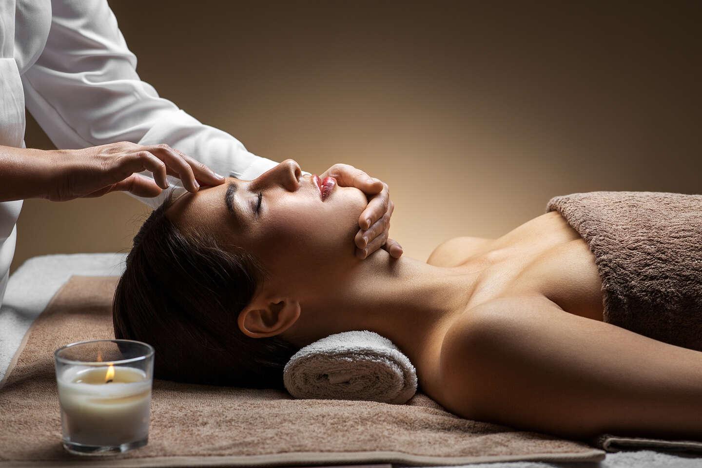 Exotický 100-minútový masážny balíček Zlatý Chrám v Ayurasan