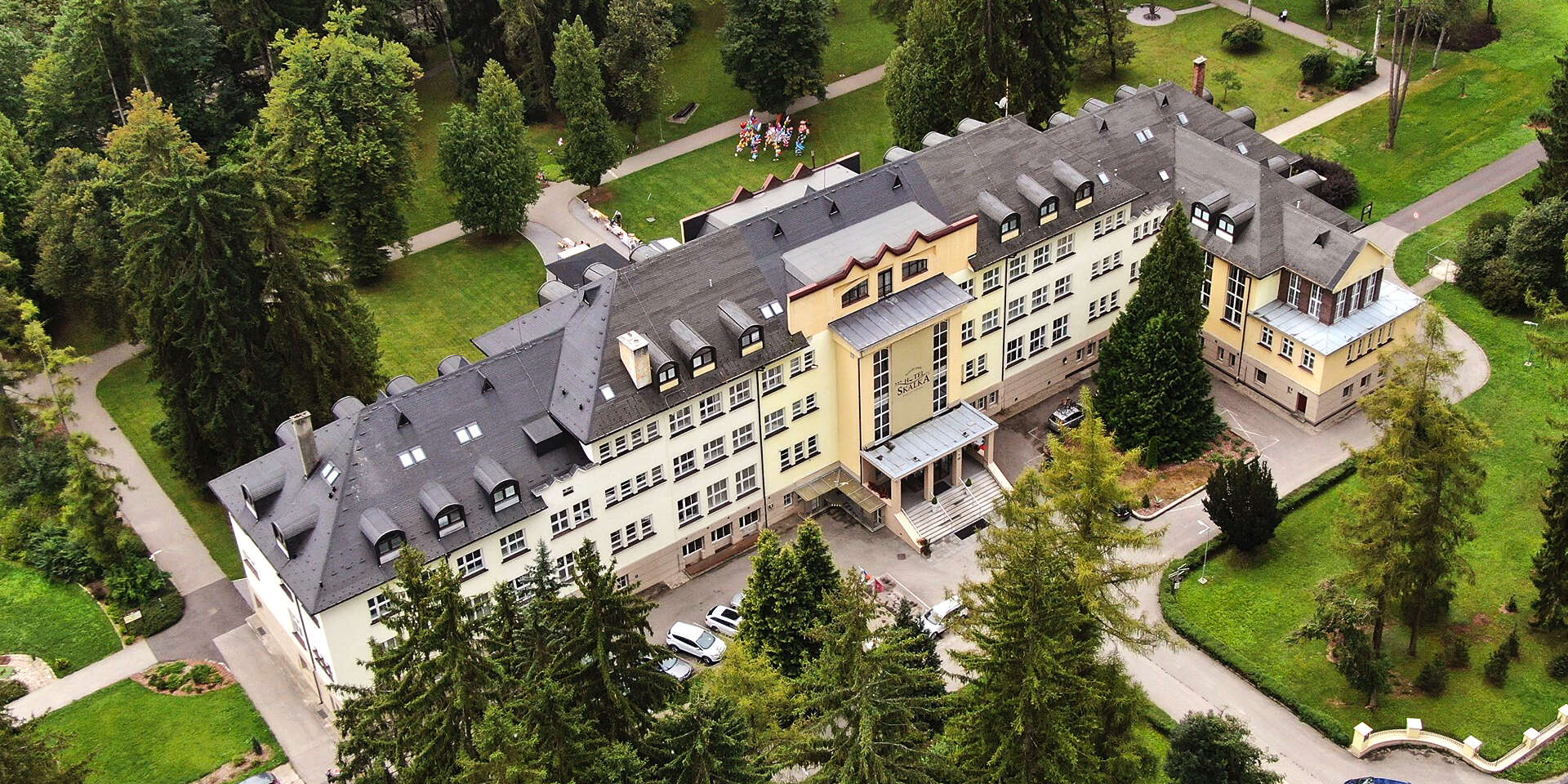Vaša obľúbená voľba: Hotel Skalka*** v krásnom parčíku len 10 min. pešo od centra Rajeckých Teplíc