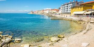 Jedna z pláží slovinského Piranu