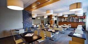 Hostia majú k dispozícii kaviareň so salónikom a vonkajšou terasou s výhľadom na Karpaty